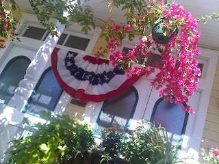 Lodging inn in Savannah with patriotic holiday decor | Photo (c) Sandy Traub