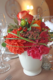 Herbst-Hochzeit, Blumenschmuck mit Dahlien, Hortensien, Hagebutten, Gräsern und Rosen