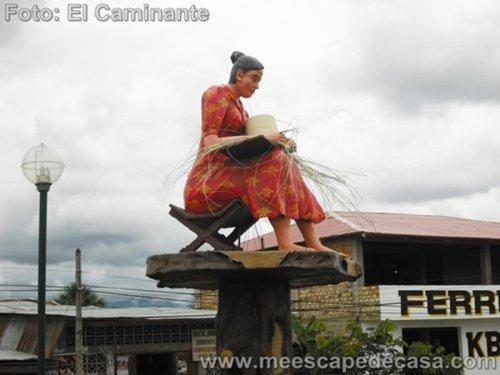 Estatua de una tejedora de sombreros en Rioja (Perú), dirigiéndome a Tioyacu