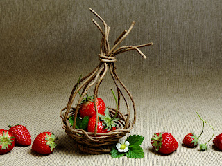 Strawberries and Daisy Flower in Handmade Basket HD Wallpaper