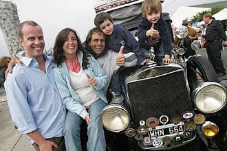Keluarga Unik Ini Telah Berpetualang Keliling Dunia dengan Mobil Antik Selama 11 Tahun