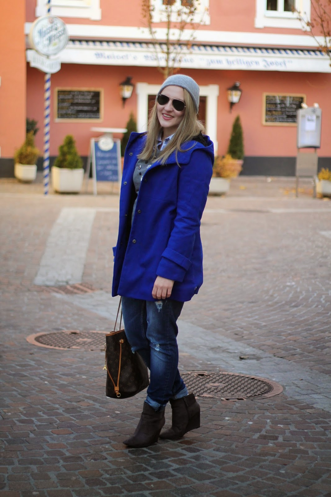 Fashionblogger Austria / Österreich / Deutsch / German / Kärnten / Carinthia / Klagenfurt / Köttmannsdorf / Spring Look / Classy / Edgy / Winter / WInter Style 2014 / Winter Look / Fashionista Look / Streetstyle Klagenfurt Vienna Wien Austria / /Winter Outfit /  Beanie Grey Grau H&M / Ray Ban Aviator Sunglasses Sonnenbrille Aviator / H&M Sweater Pulli Grau Grey Blouse White Blue Bluse Weiß Blua / Coat OAsap Blue Mantel Blau / Ann Christine Boyfriend Jeans / Zara Heels Boots Grau Grey / Louis Vuitton Neverfull Monogramm MM / Daniel Wellington Watch /