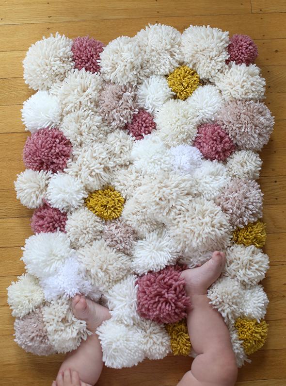 Pompones de lana decorar tu casa es - Alfombra de pompones ...