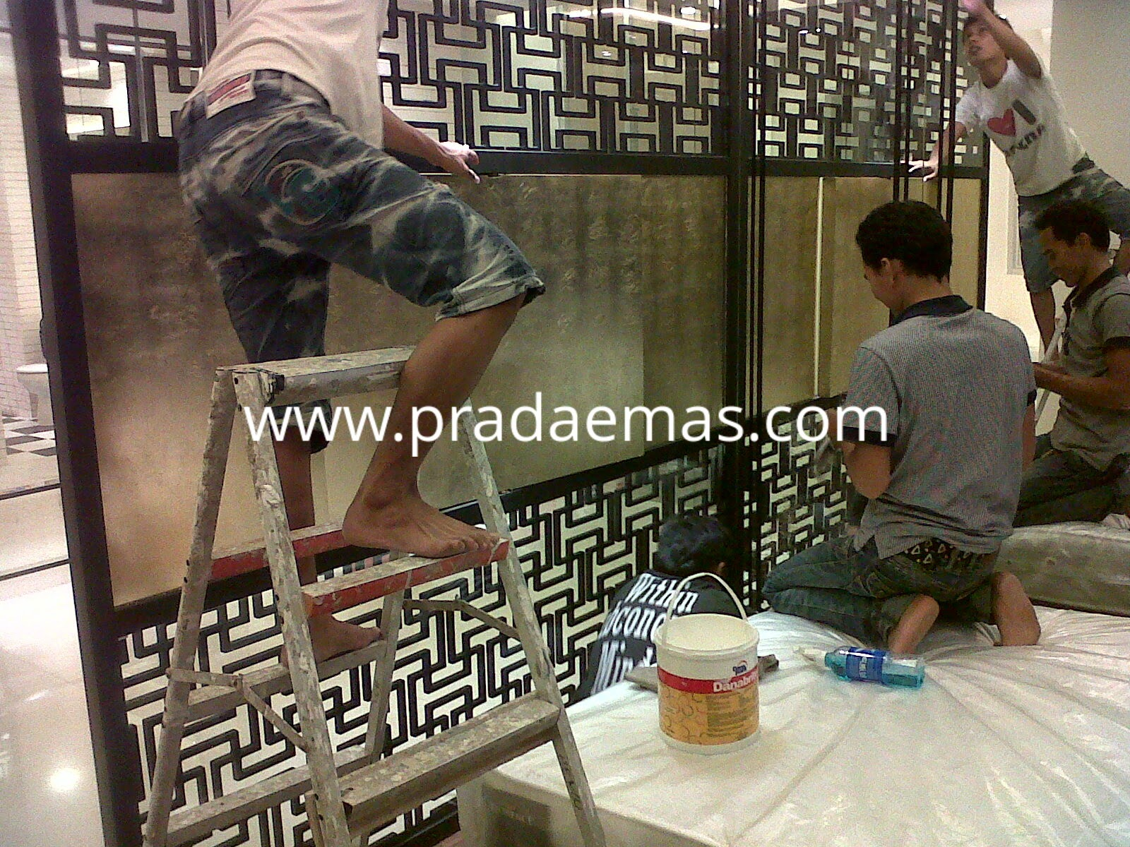 finishing gold leaf di panel putar