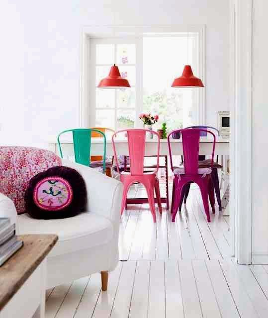 Colorful interior, biała podłoga, kolorowe krzesła, kolorowe tolix