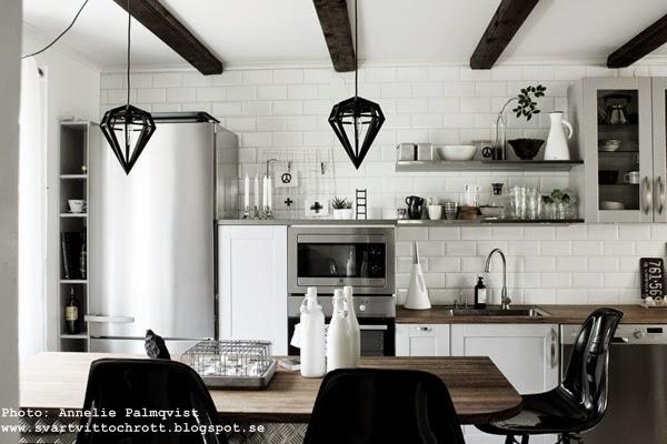 kök, köket, kökets, indsutriellt kök, industristil, vita flaskor, köksö, hth, taklampa i köket, taklampor, takbjälkar, extra brett kylskåp, diskbänk, diskbänkar, diskbänken, diskho, detaljer,