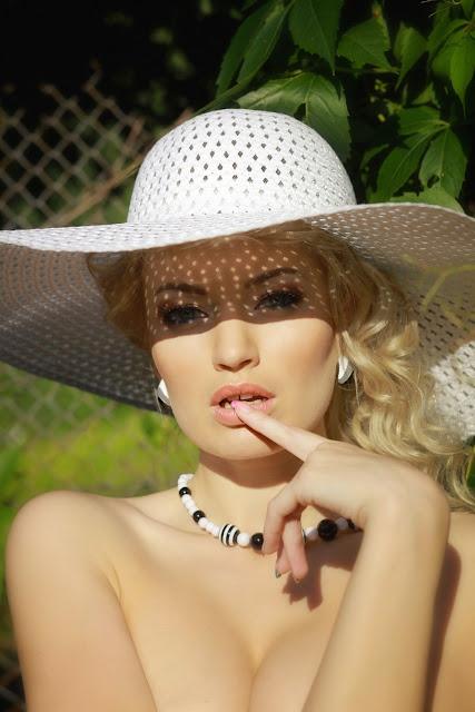фотосессия блондинки в шляпе с широкими полями