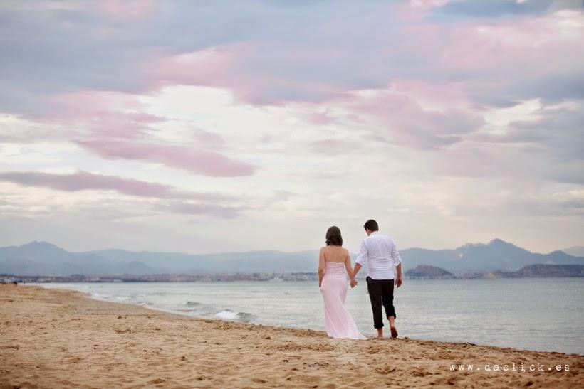 novios paseando por la playa al atardecer