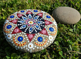 Mandala peint sur galet
