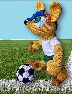 http://www.cute-amigurumi.blogspot.nl/2014/06/wk-voetbal-start-dus-fuleco-haken.html