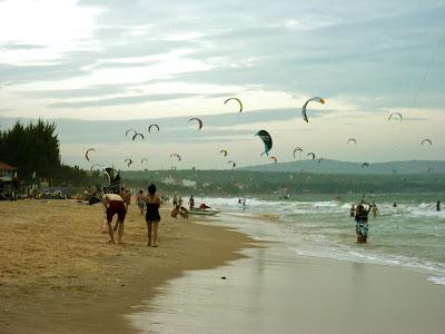 Kitesurfing sulla spiaggia di Mui Ne