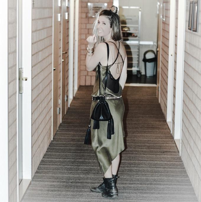 fastival outfit inspiratie awakenings silk slipdress bikerboods fringe bag dutchblogger