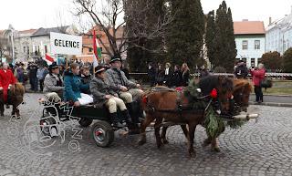 Szöveg: ...és pónifogatot. Kép: Két pónilovacska húzta miniszekér, rajta székely ruhába öltözött fiúcskák és leánykák, hátul a Gelence falu táblájával.