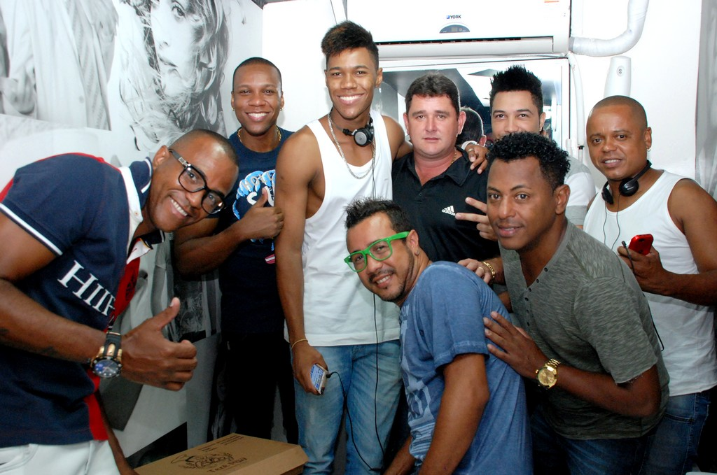 Prefeito Arlei com os integrantes do Swing & Simpatia antes do show, no Parque Regadas
