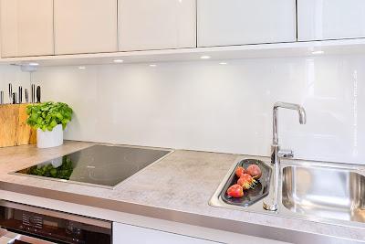 Arbeitsplatte für moderne Küche weiss Hochglanz HPL Kunststoff mit Alu-Kante