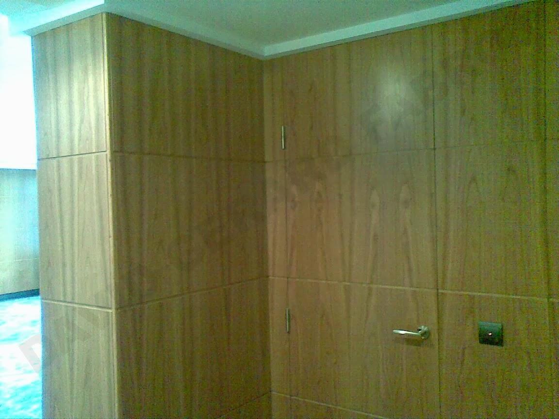 Paredes y puerta decorada con madera de cerezo
