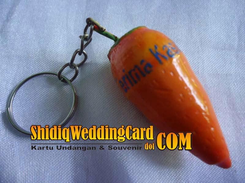 http://www.shidiqweddingcard.com/2014/02/souvenir-gantungan-kunci-buah.html