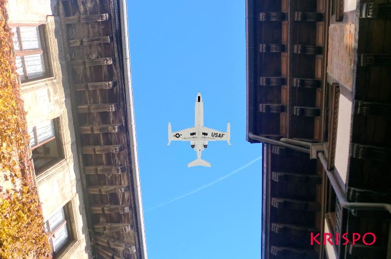 avion blanco entre aleros de tejado desde el suelo