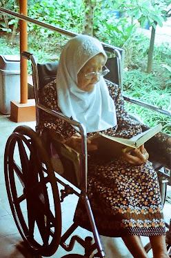 "Nenek ""Ibu Imam"" di panti jompo HARGO DEDALI MANYAR."