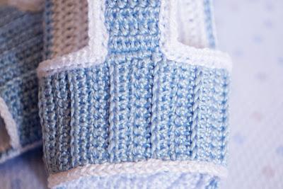 Sandalias celestes de ganchillo para bebé