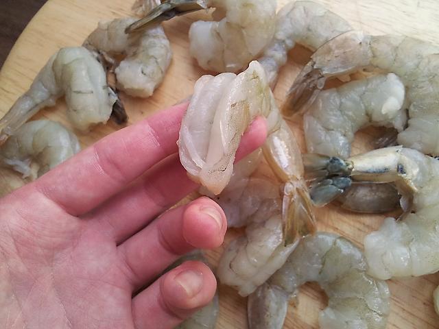 креветки запеченные в беконе почистить креветки