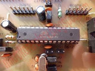 Widok mikrokontrolera z podstawką, niezbędną filtracją zasilania oraz wyprowadzonymi pinami portów.