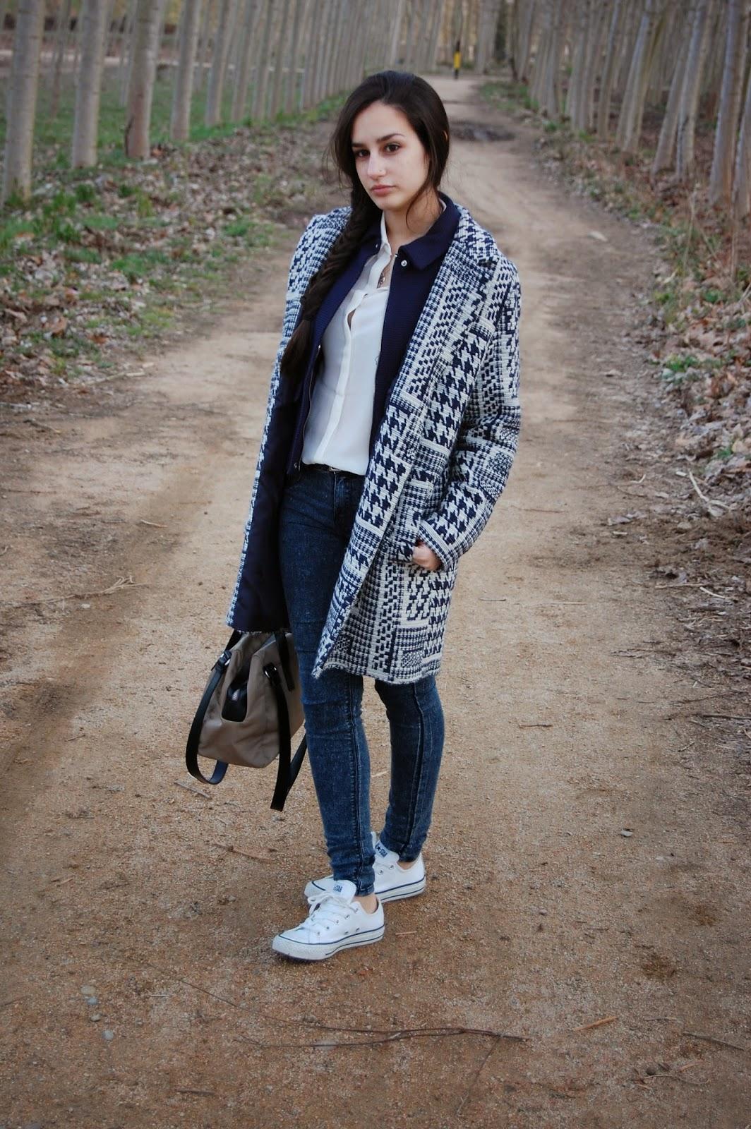 abrigo azul zara, chaqueta azul zara, camisa blanca mango, jeans azul zara, zapatillas converse blancas, reloj michael kors, bufanda zara, bolso bimba&lola beige