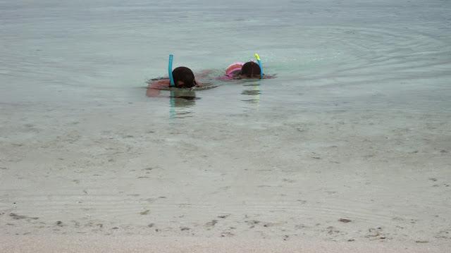 Yayo y Macarena volviendo de bucear en el arrecife (Maldivas)