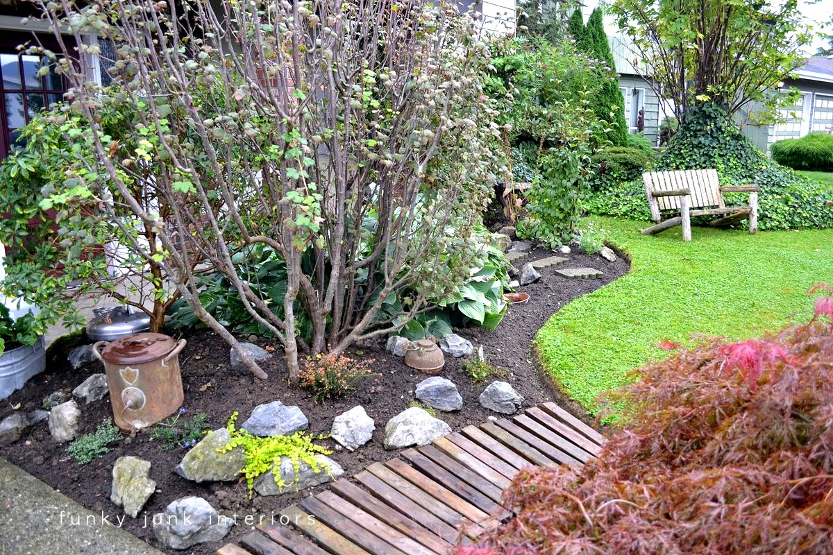 A pallet wood garden walkwayfunky junk interiors - Ideas para hacer un jardin ...