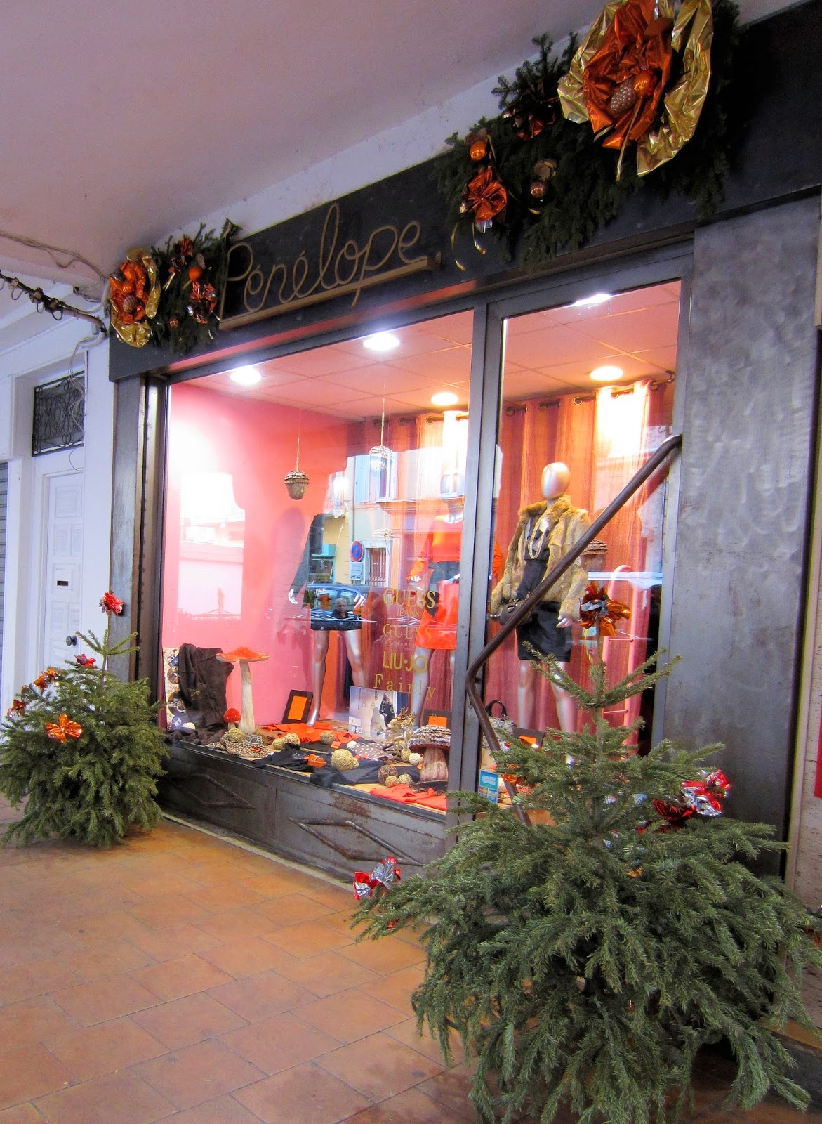 Christmas in Provence - window shopping - something stylish for Madame or Mademoiselle