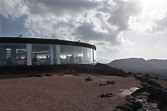 مطعم الشيطان في جزر الكناري, يقدم مأكولات مشوية على فوهة بركان نشط (صور + فيديو)