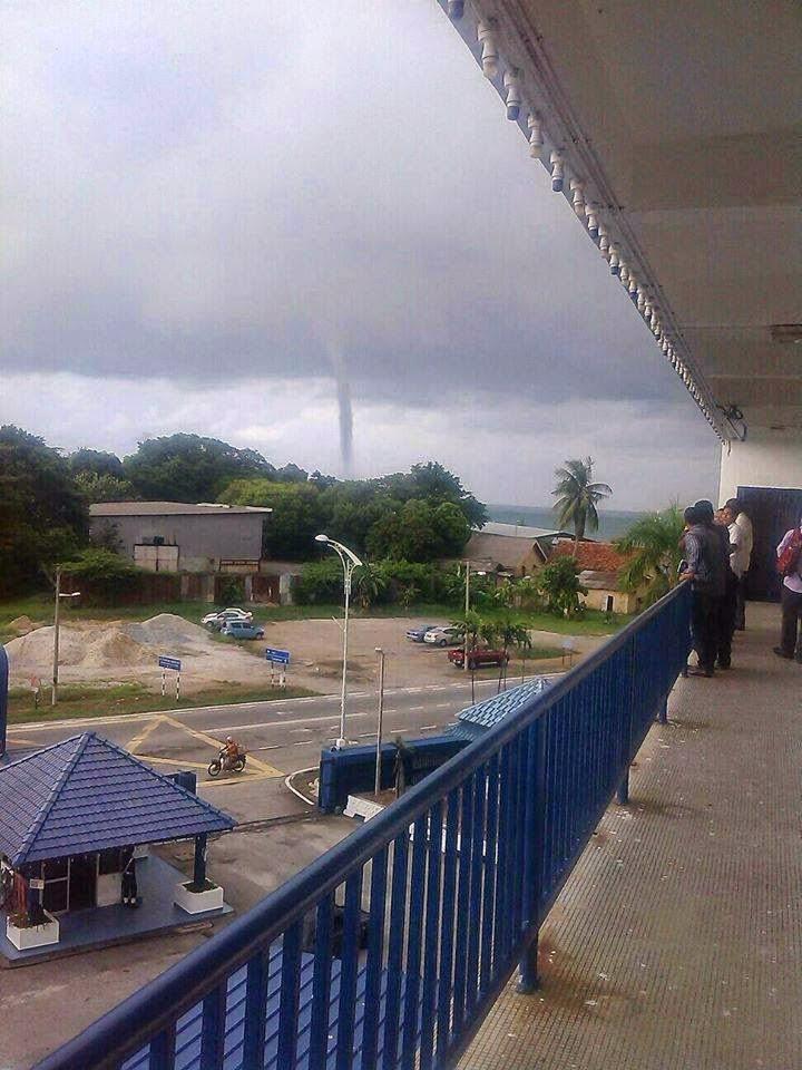 4 Gambar Fenomena Puting Beliung Kecil Di Port Dickson