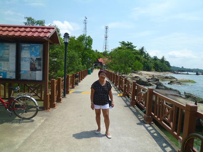 Santy observa el panorama de la isla