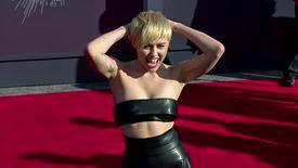 Miley Cyrus veut approuver ses photos de concert, un comportement de diva ?