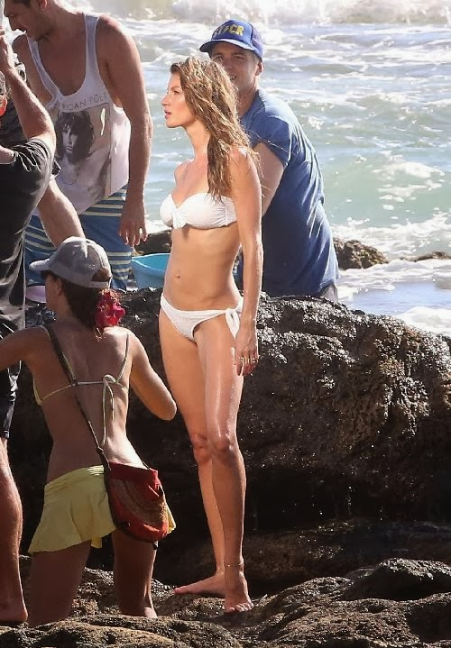 English:Gisele Bundchen Snake Bikini Costa Rica‭ ‬January‭ ‬16,‭ ‬2014
