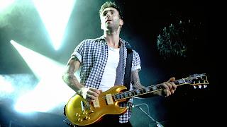 Adam-Levine-Maroon-5-gold-guitar