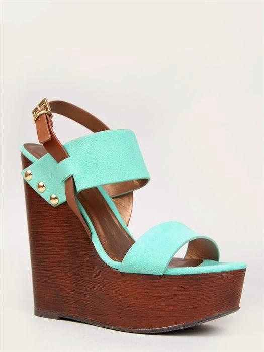 Los zapatos de la izquierda tienen una suela imitación madera y la punta está parada, lo cual los hace mucho más cómodos que los de la derecha.