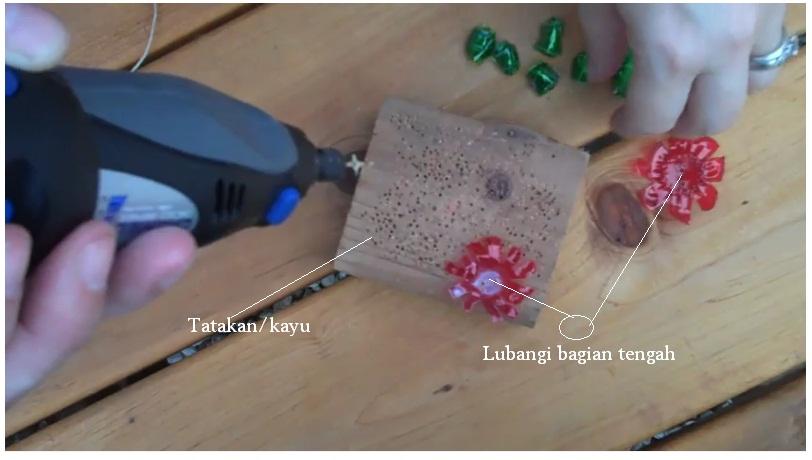 Gunakan tatakan kayu agar lebih nyaman, alat untuk melubangi atau ...