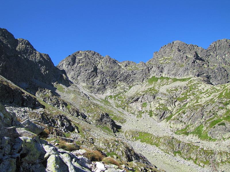 Widok na przełęcz Zawrat. Na prawo od niej mamy Zawratową Turnię.