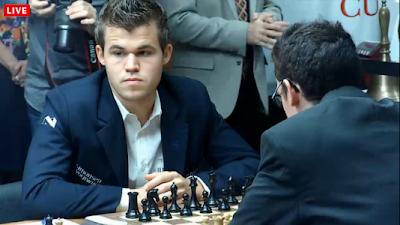 Le champion du monde d'échecs Magnus Carlsen a annulé contre l'incroyable Italien Fabiano Caruana lors de la ronde 8 - capture d'écran du Live © Chess & Strategy
