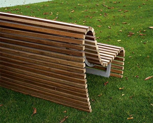 lásicos bancos de los parques hechos de madera,