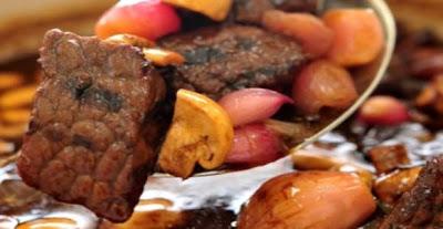 الطريقه يوضع اللحم في وعاء عميق كبير