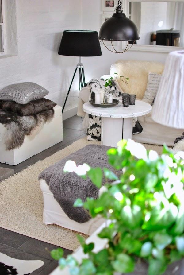 Hannas vardagsrum fårfäll kabeltrumma grislampa