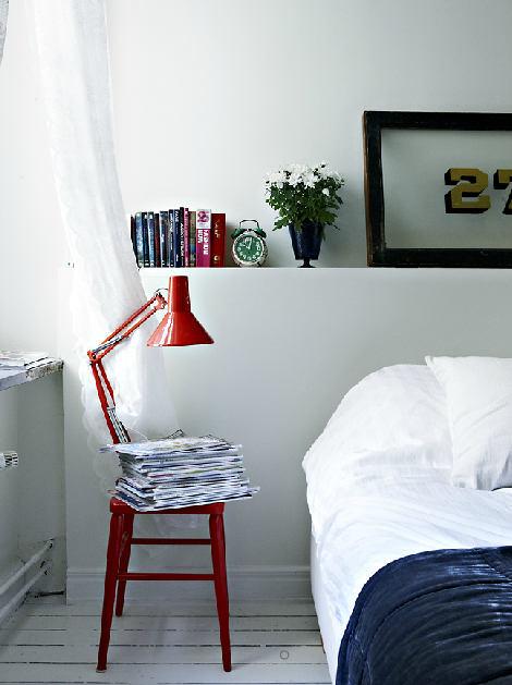 Nachttisch: Schreibtischlampe plus Hocker