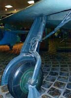 Основная опора шасси и ломающийся подкос механизма ее уборки.