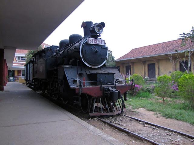 Locomotora de tren expuesta en Da Lat
