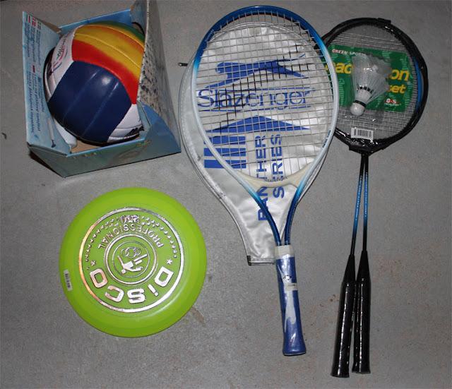 Oanvänt tennisracket, Frisbee, badminton, volleyboll. Säljes i packet.