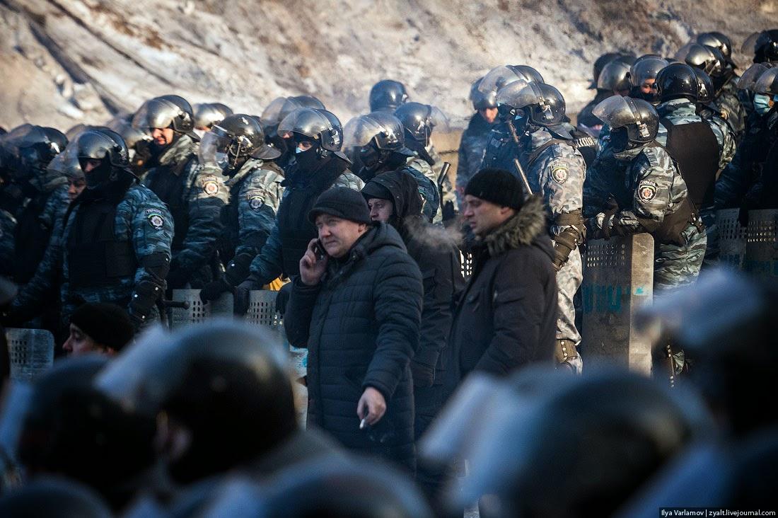 14. Среди милиции стоят люди в штатском и координируют их действия. Кто это? Они же выбирают, кто и какому СМИ будет давать интервью.