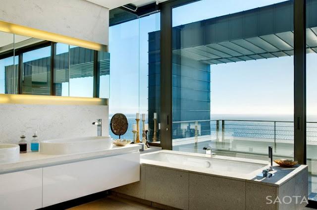 Ванная комната в стеклянном доме на берегу моря