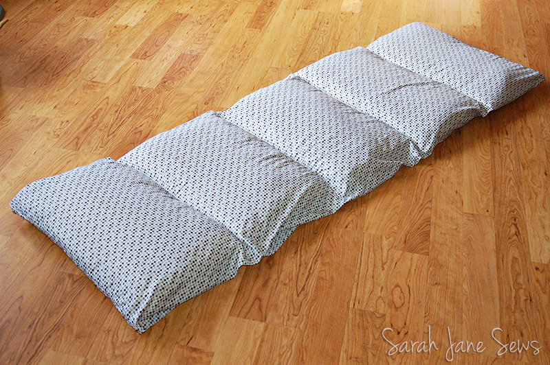 Sarah Jane Sews: Tutorial: Pillow Bed from XL Twin Sheet